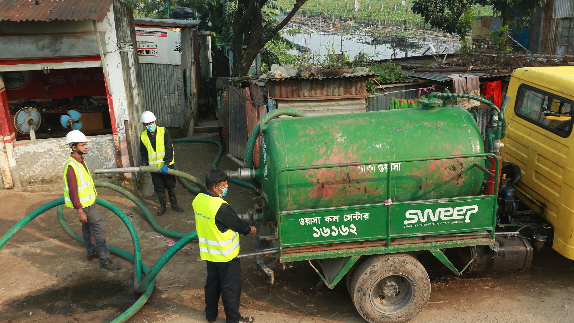 http://staging.skoll.org/wp-content/uploads/2015/01/SWEEP_vacuum_tanker_in_Dhaka_Bangladesh.jpg